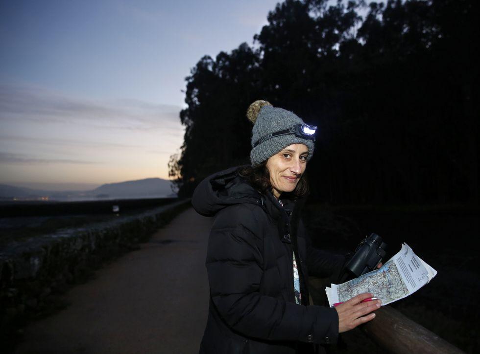 .Carlota Veiga, en las Salinas do Ulló, es una de las voluntarias del programa Noctua.