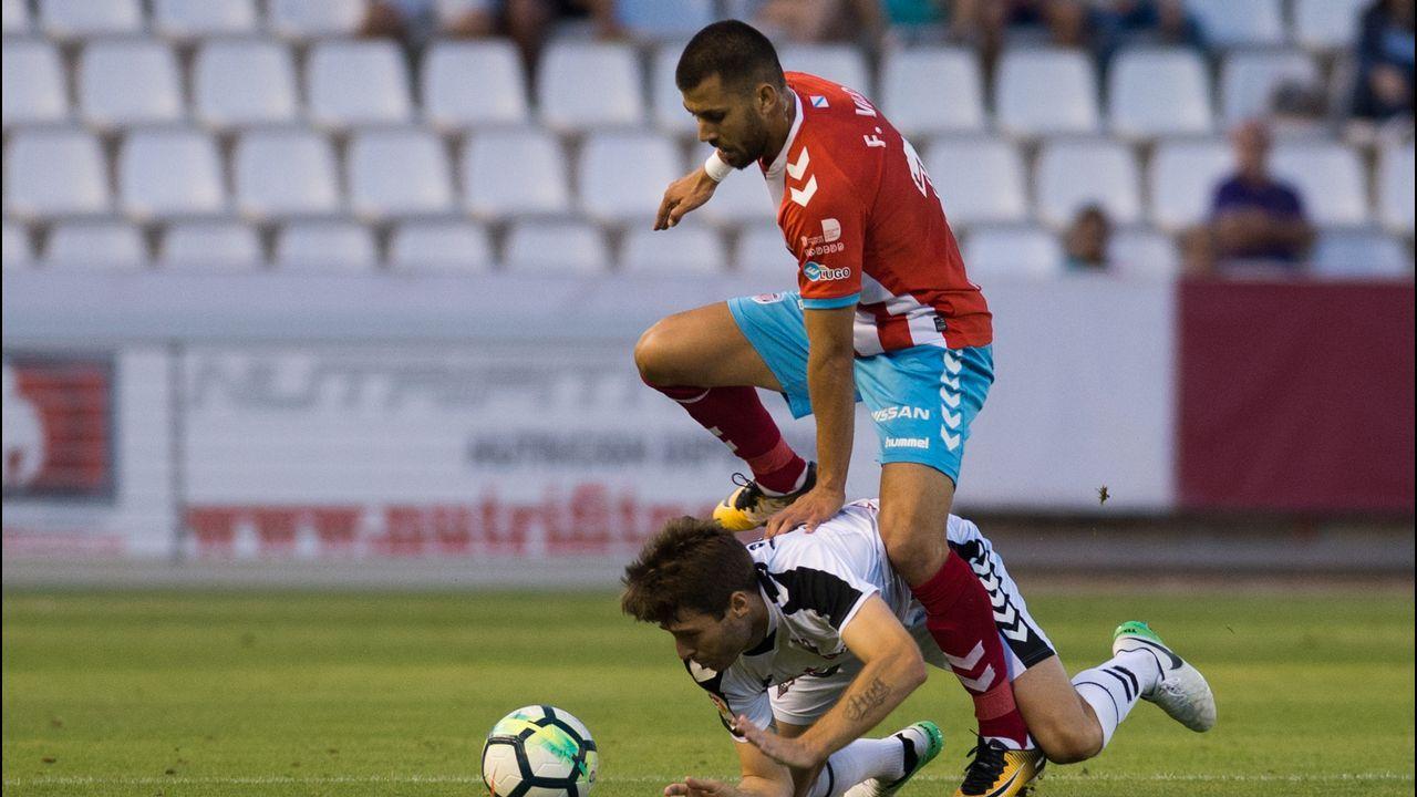 La UME lucha contra el fuego en Asturias y Galicia.Saúl aguanta un balón ante dos jugadores del Zaragoza