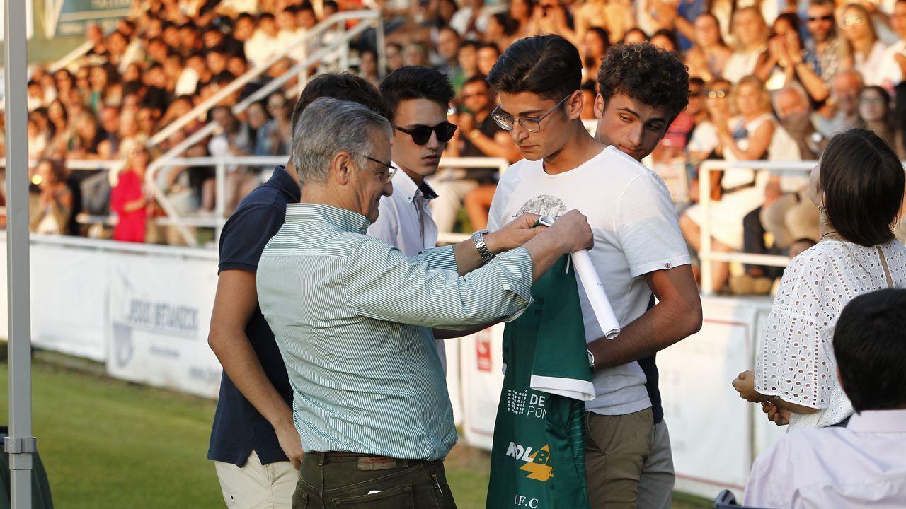 .El padre de Fabio recibió en Coruxo una camiseta firmada por todos los compañeros de su hijo