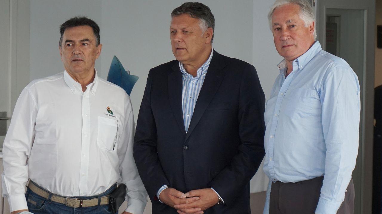 .Desde la izq.: Pedro Campos -presidente del RCNS-, Telmo Martín -Alcalde de Sanxenxo- y Sir Robert Owen -presidente de la ISMA-.