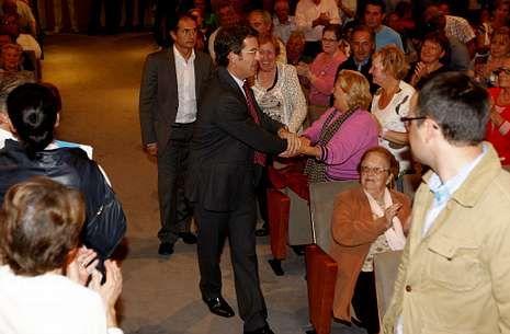 invitacion ipad mini.Feijoo estuvo acompañado en Cangas por el presidente de la Diputación de Pontevedra.