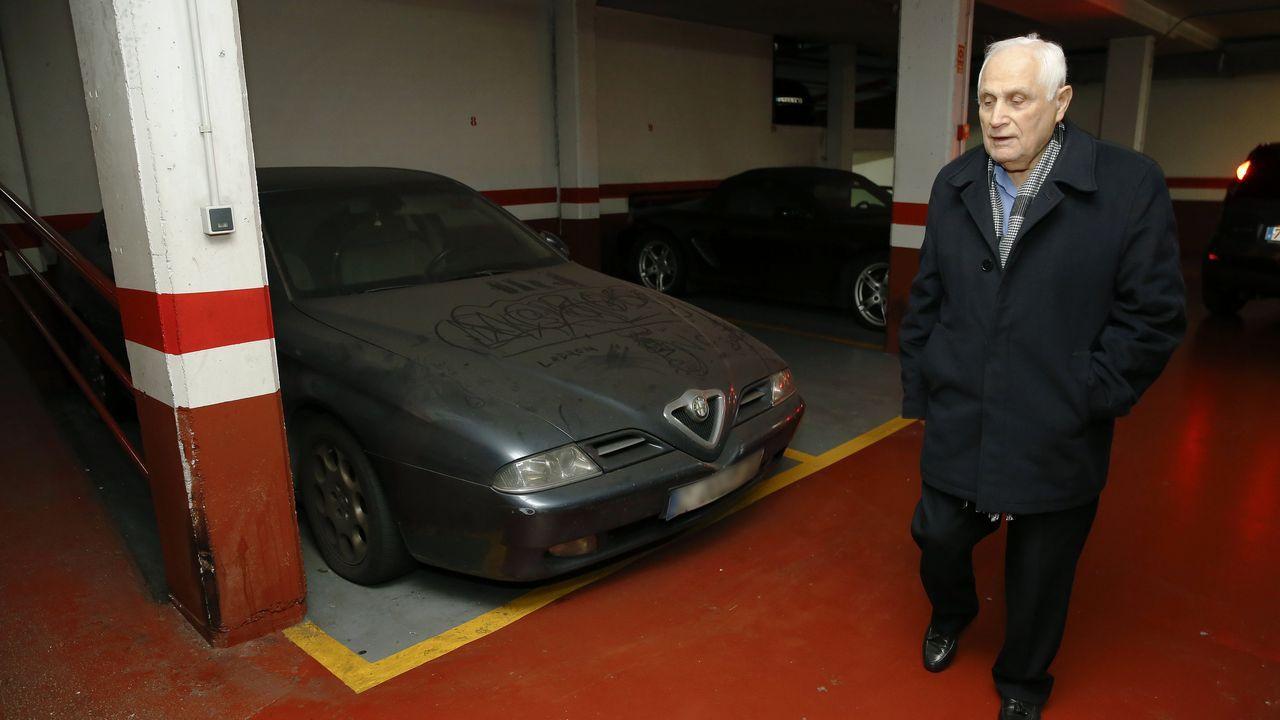 El propietario de la plaza del aparcamiento de Torreiro, junto al Alfa Romeo  okupa , vecino del Porsche  okupa