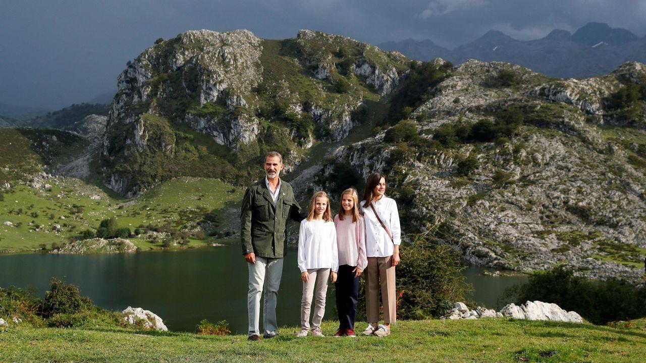 .Los reyes Felipe y Letizia, la princesa Leonor (2ªi) y la infanta Sofía (2d) posan ante el lago Enol tras un recorrido con motivo de la celebración del primer centenario del Parque Nacional de la Montaña de Covadonga -embrión del actual Parque de los Picos de Europa