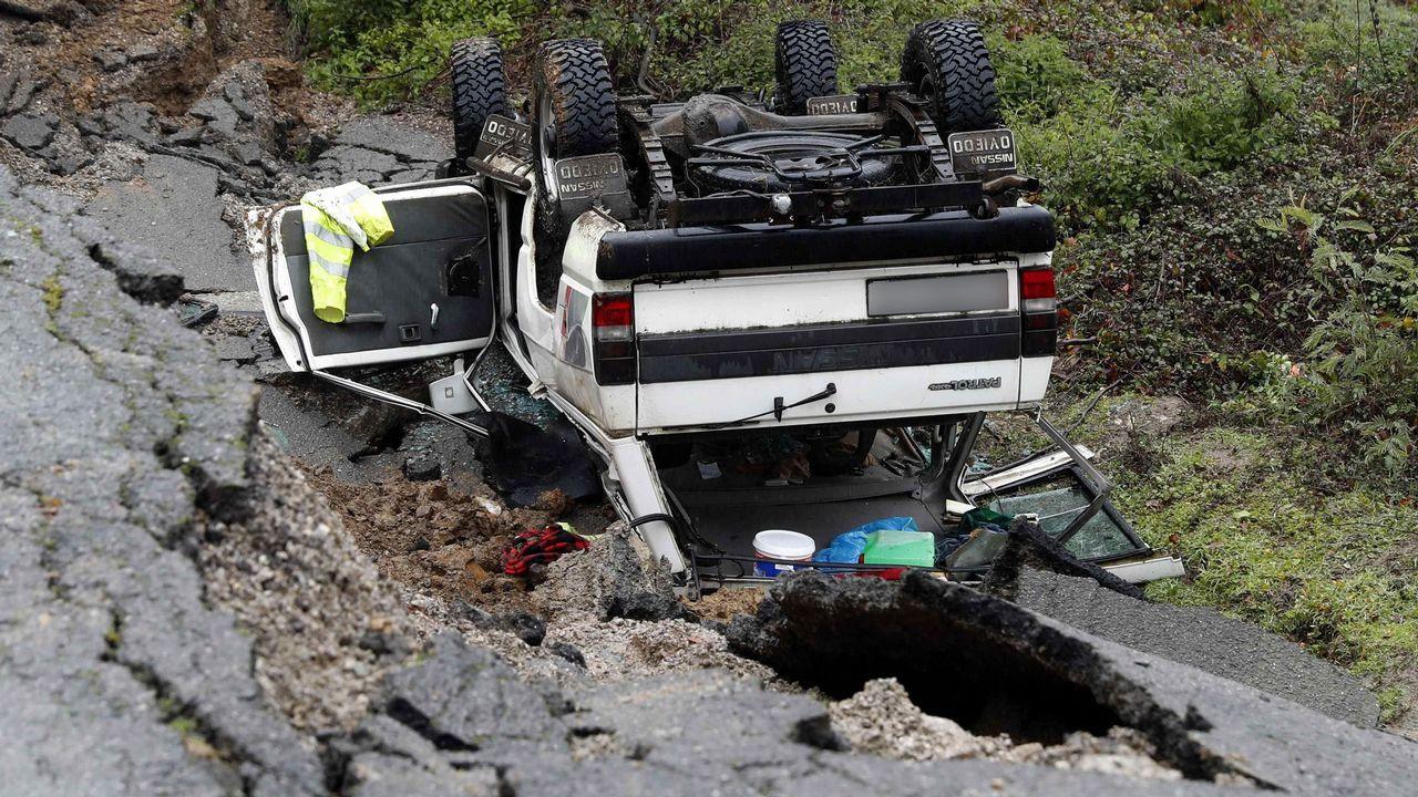 Estado en el que ha quedado el vehículo siniestrado  en Lloreo, concejo de Laviana, tras un desprendimiento de tierras, causando la muerte a un hombre de 62 años que se encontraba en su interior
