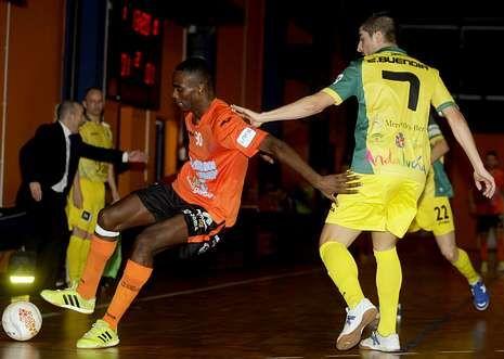El juvenil burelista Hélder pisa el balón ante la férrea defensa del jugador del Jaén Emilio Buendía.