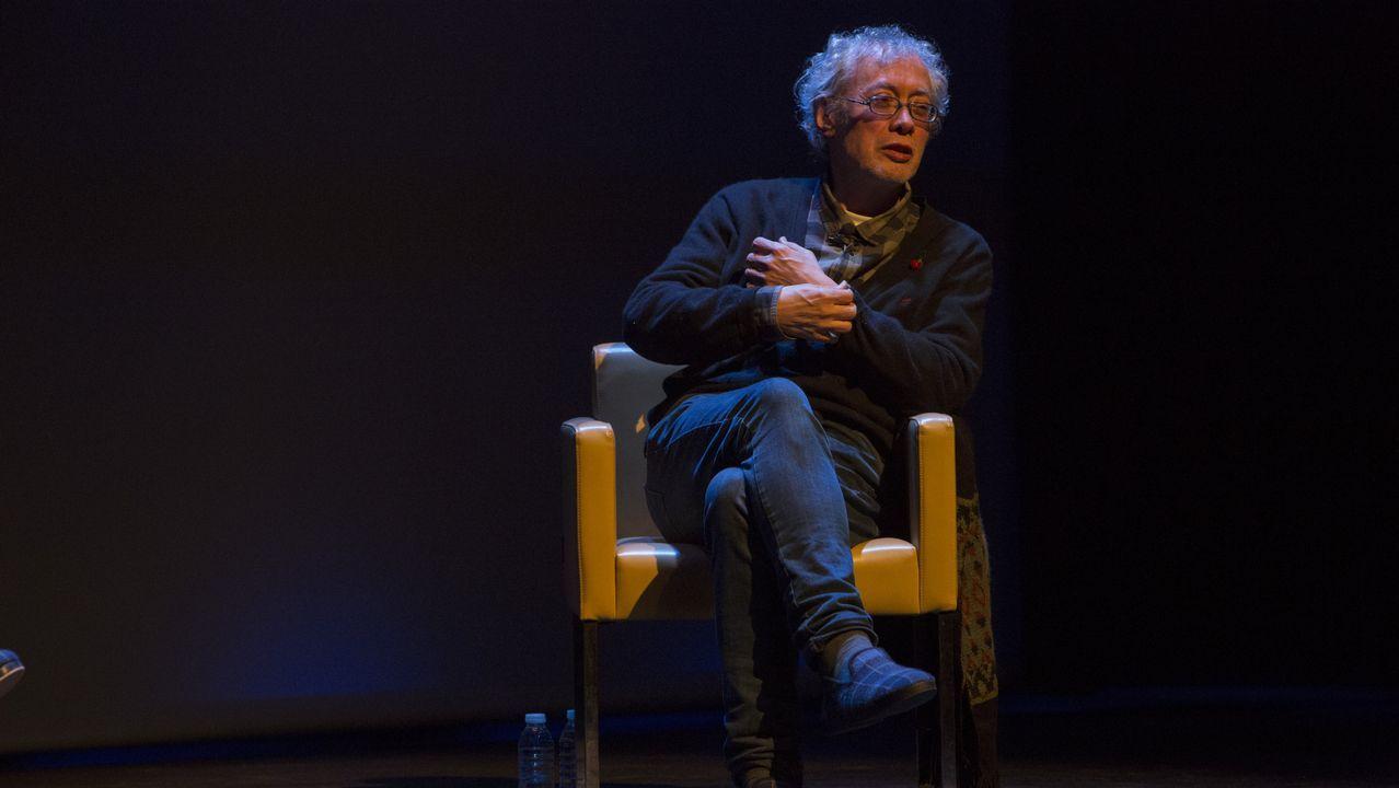 Alberto Beceiro, con su poemario «Crónicas del último videoclub», que toma su título de un reportaje publicado en La Voz sobre el vídeoclub J & M de Ferrol