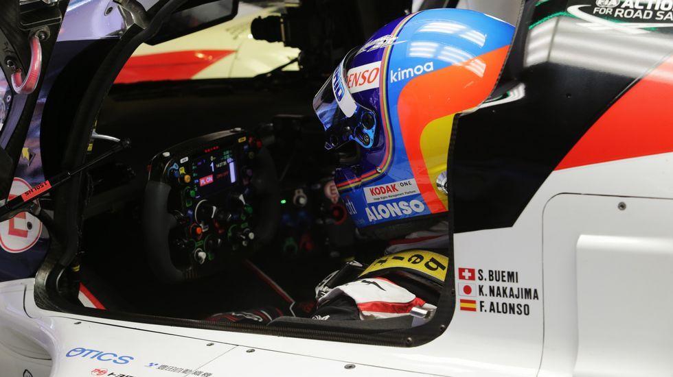 Fernando Alonso de McLaren agita una bandera de México en el Gran Premio de México de Formula Uno