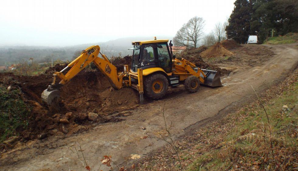 Una máquina actuando sobre la parte más baja del castro, cuando comenzaron las obras, en enero.