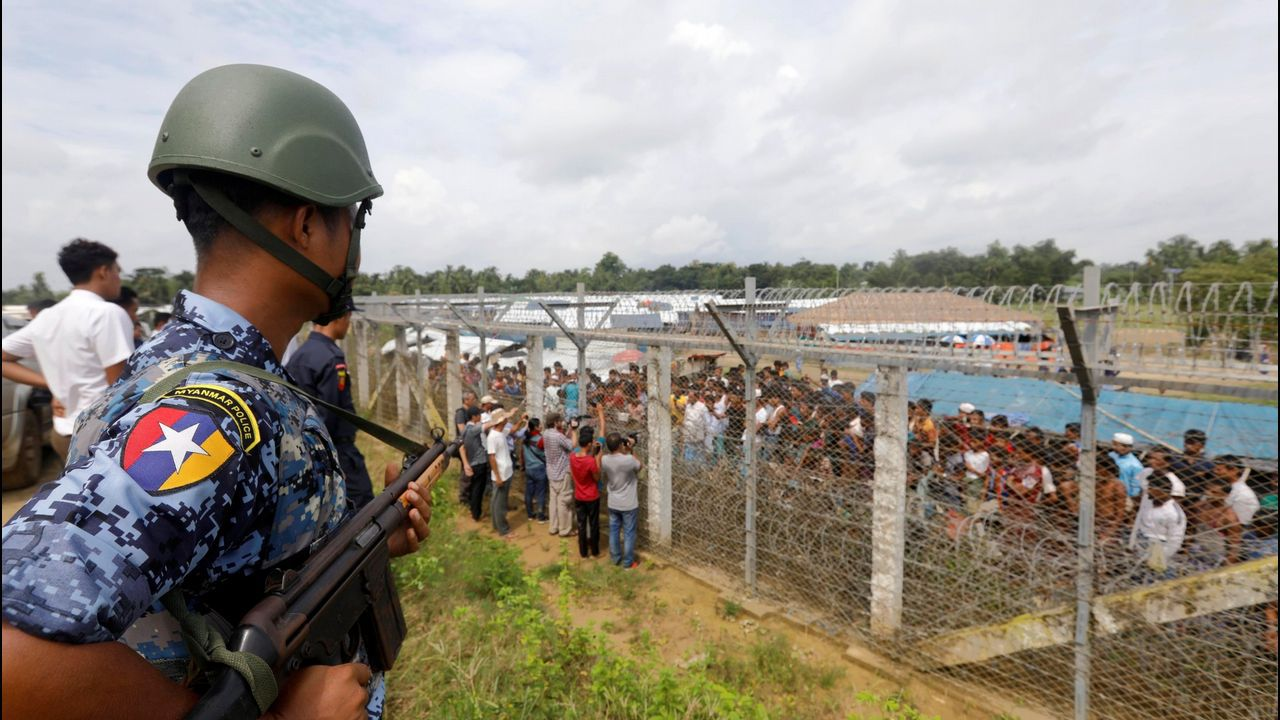 . Un oficial de policía birmano monta guardia cerca de la valla fronteriza entre Bangladesh y Birmania