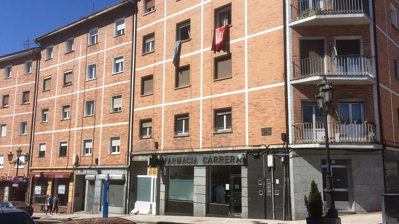 El comandante Roberto Ruiz Rumbo toma el mando de la base EVA-10.Portal número 11 de la calle Francisco Cambó de Oviedo