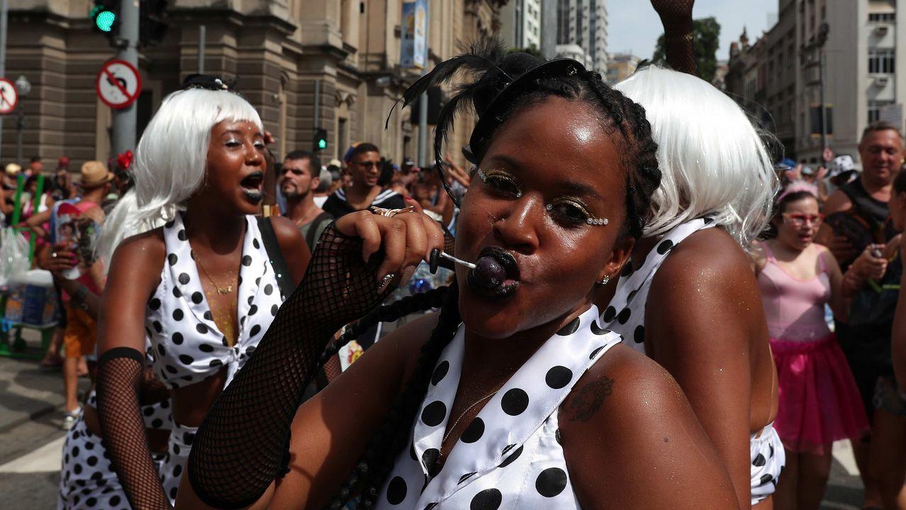 Miembros del bloco Cordao da Bola Preta, la comparsa más antigua de Río de Janeiro