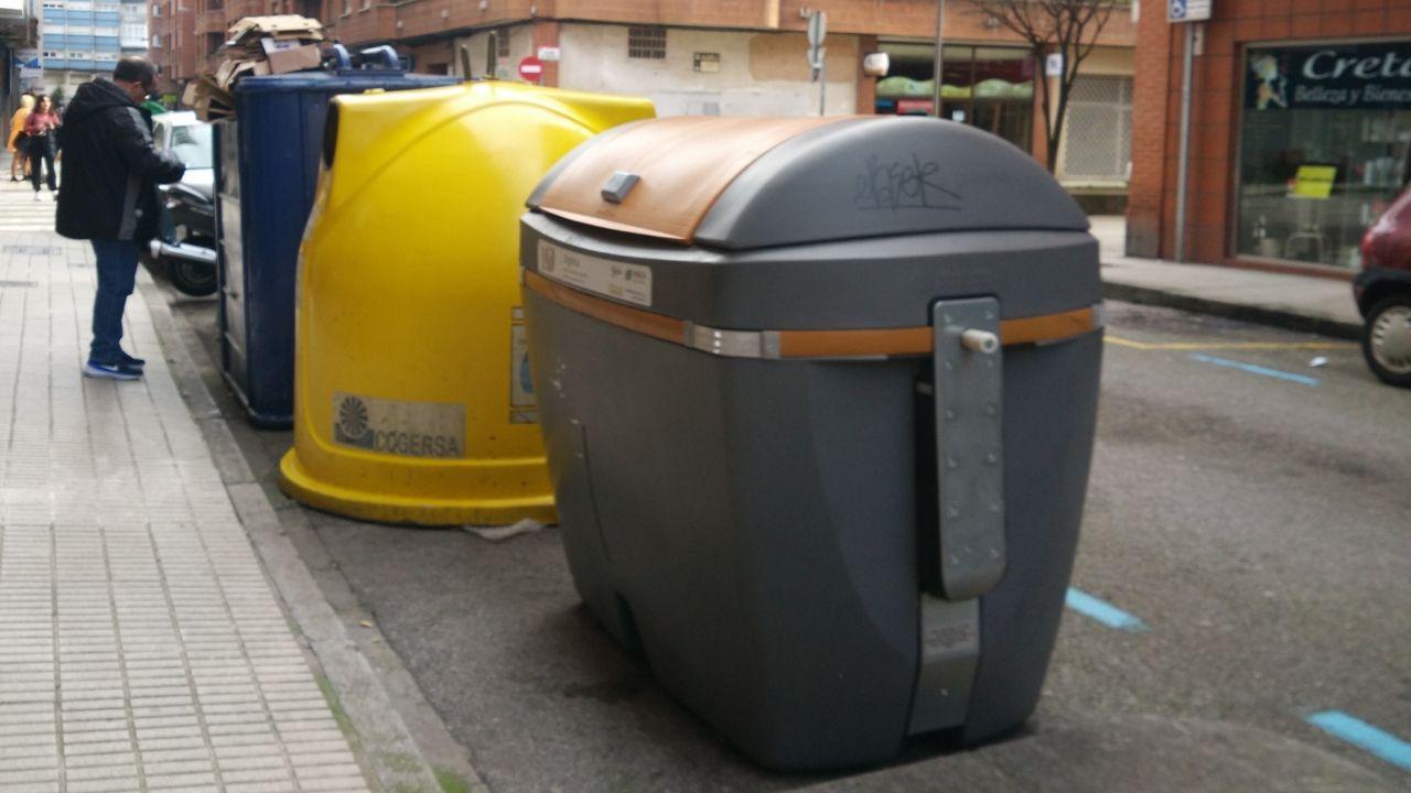 Uno de los contenedores de basura orgánica hasta ahora reservados a los colegios con comedor, que ya pueden ser usados por los vecinos