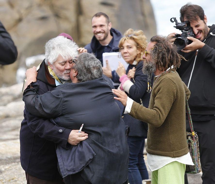 .Adriana Ugarte, protagonista de la cinta en el papel de Julieta juega con un perro durante un descanso y Pedro Almodóvar besa a Pía Lago, fan del cineasta desde el comienzo de su carrera en los 80.