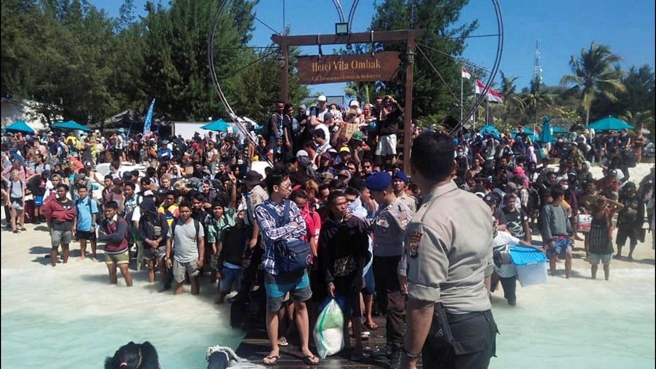 Policía marítima evacúa a residentes y turistas de la isla de Lombok (Indonesia) tras el terremoto