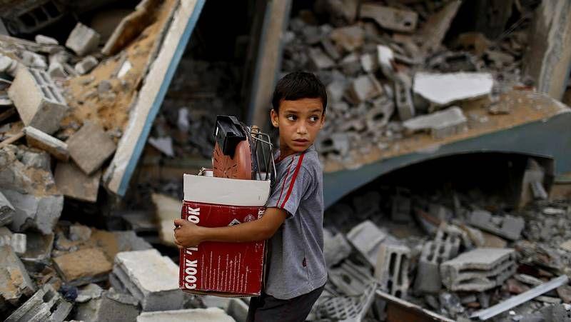 Ofensiva israelí en un barrio de Gaza.Hamed Sayans, de abuelos gallegos, espera viajar pronto a España al igual que la familia de Alí El Aila  (izquierda).