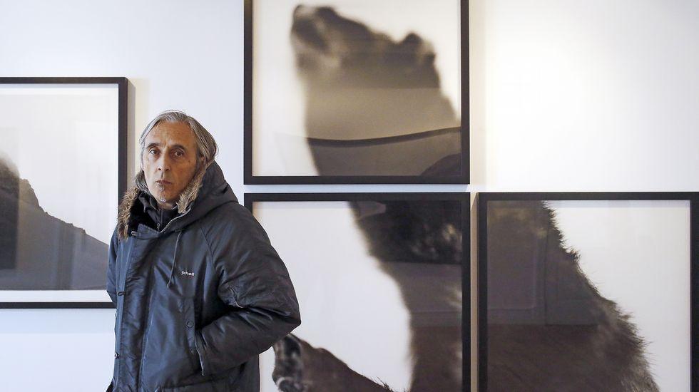 Arco 2016.Álvaro Negro (a la izquierda), delante de un cuadro suyo de esmalte sobre cristal, junto a Teo Soriano, en la galería madrileña F2