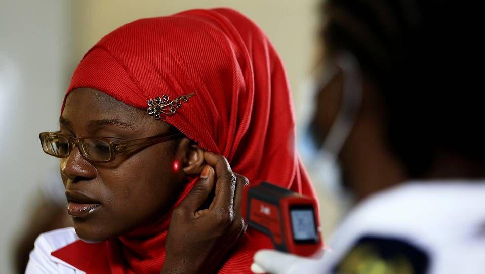 Nigeria controla a los pasajeros que entran y salen del país para evitar la propagación del ébola
