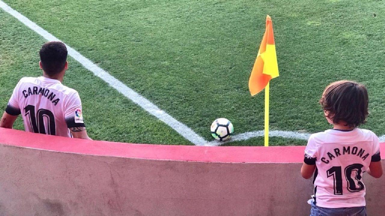 Infantil Real Oviedo Sporting Requexon.Pablete contempla a su ídolo Carmona, en las gradas del Nou Estadi de Tarragona