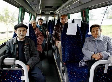 Los vecinos de A Merca acuden al médico en un autobús subvencionado.