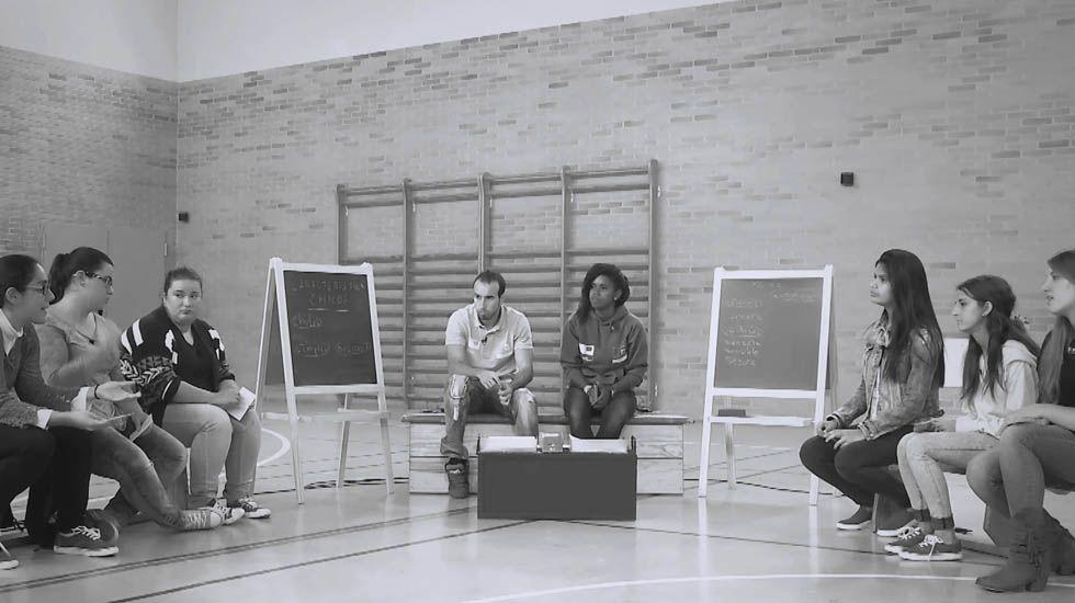 Los jóvenes ruedan por la igualdad de género y la participación política.Gabino de Lorenzo recogiendoen 1998 el premio Ladrilla Rosa