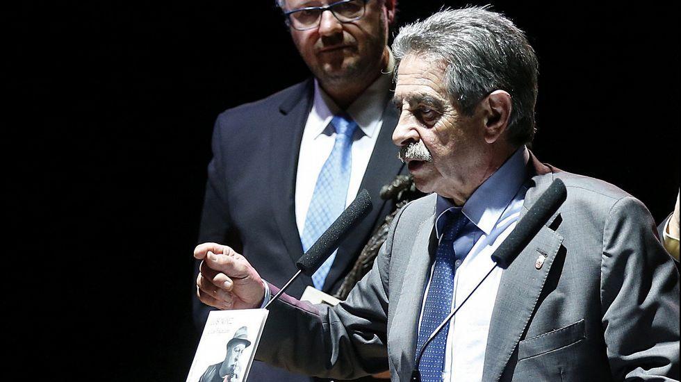 La vida ensin oficialidá.El presidente de Cantabria, Miguel Ángel Revilla, durante su intervención tras entregar el Premio Nacional de Música 'Tino Casal'