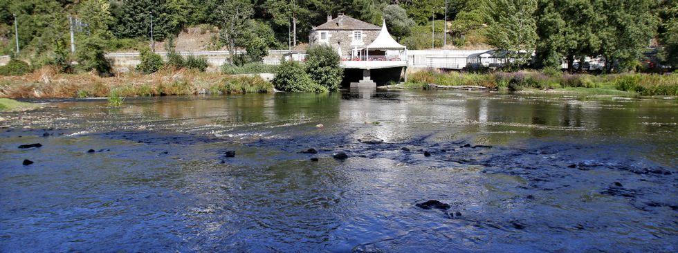 .Este era el aspecto que presentaba el cauce del Miño ayer por la tarde en la zona de O Muíño; el río se podía atravesar perfectamente caminando.
