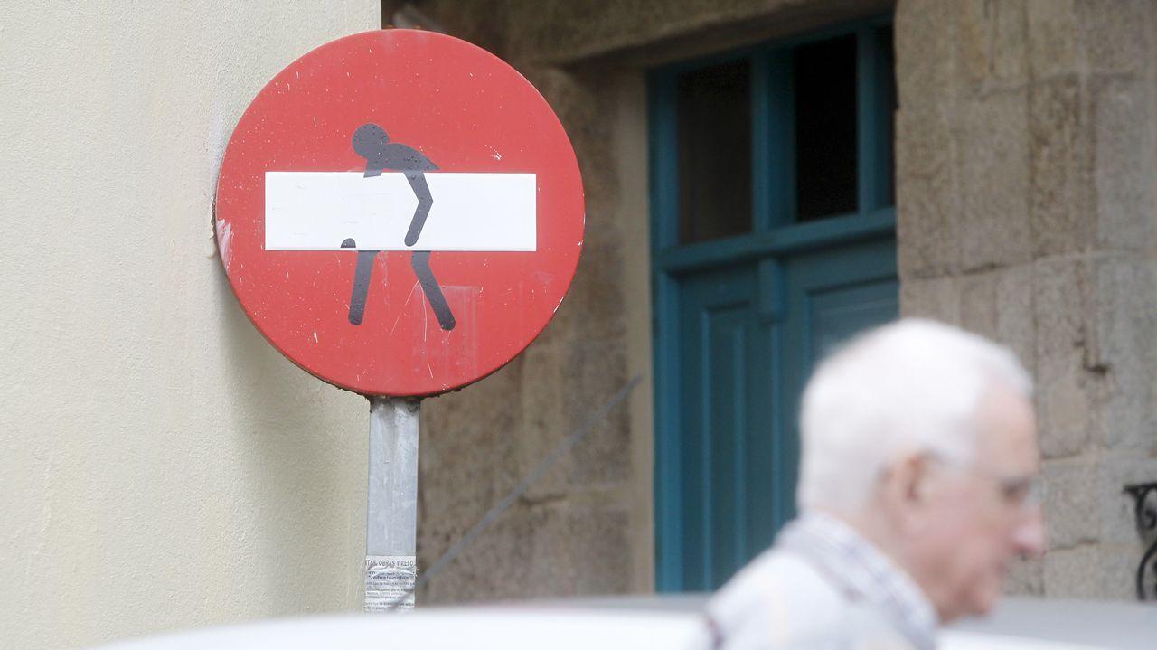 Señales que dan el cante en las calles de Ferrol.