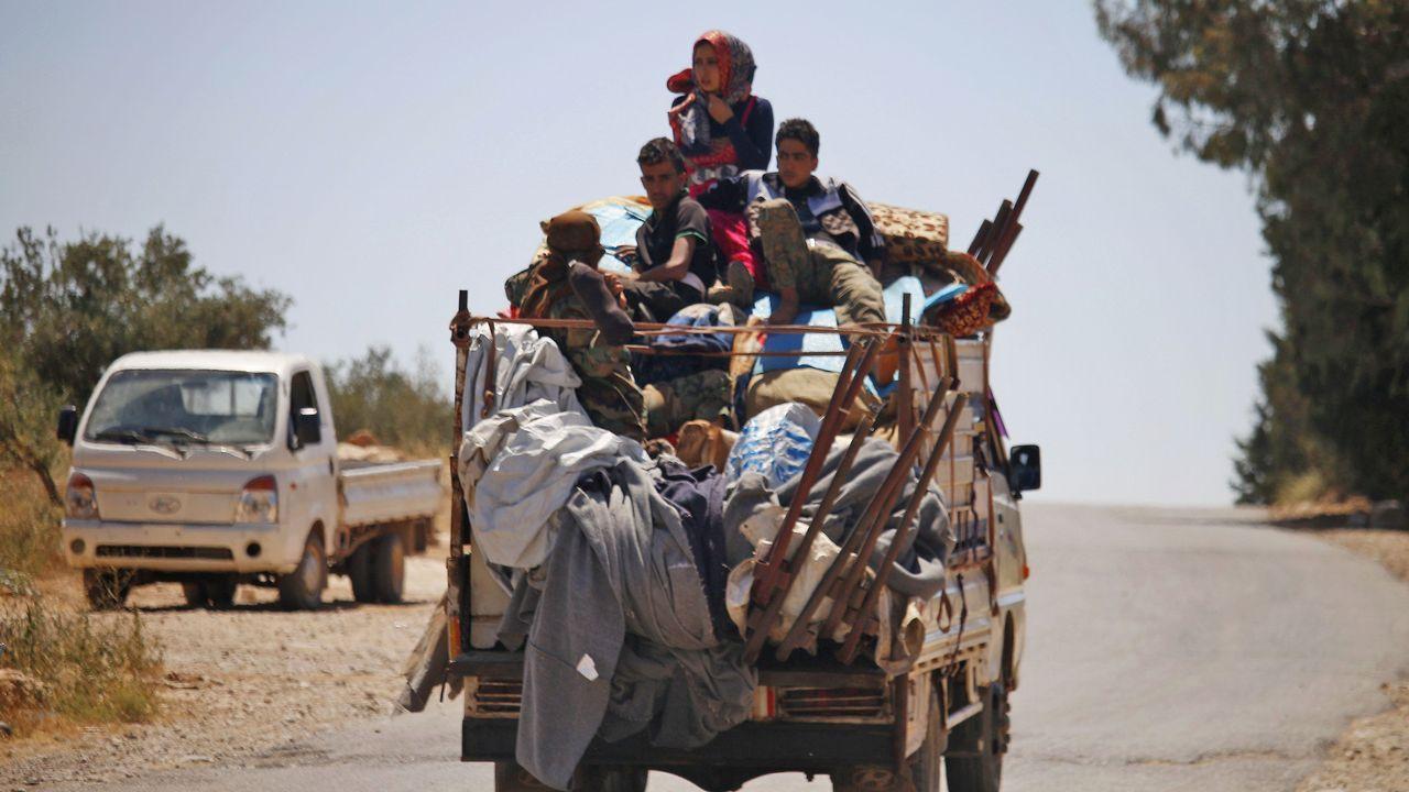 .Los civiles abandonan las zonas bombardeadas