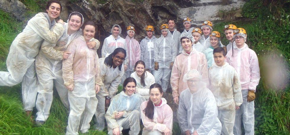 .Alumnos del centro, en una visita a la Cova do Rei Cintolo, situada en la parroquia de Argomoso (Mondoñedo), que tuvo lugar el pasado martes por iniciativa del departamento de Xeografía e Historia.
