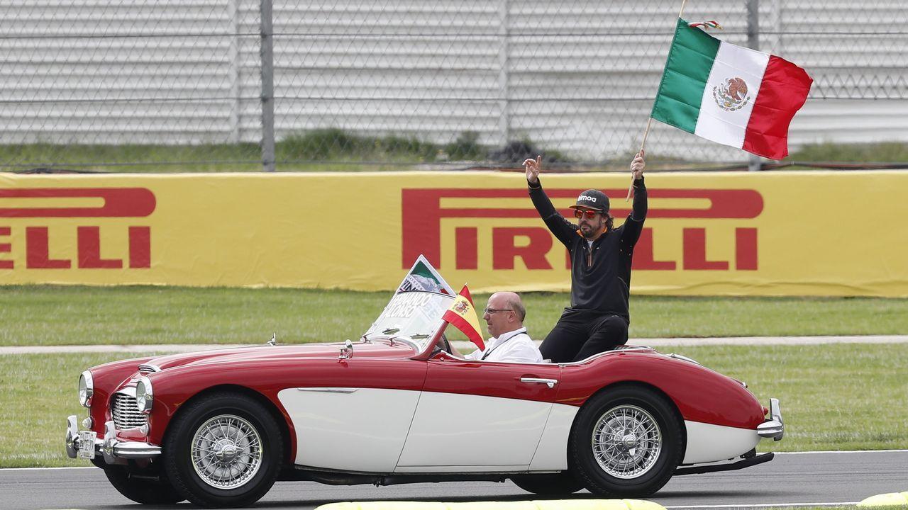 El Gran Premio de Formula uno de México en imágenes.Fernando Alonso en la entrega de los premios a los jóvenes e la prueba