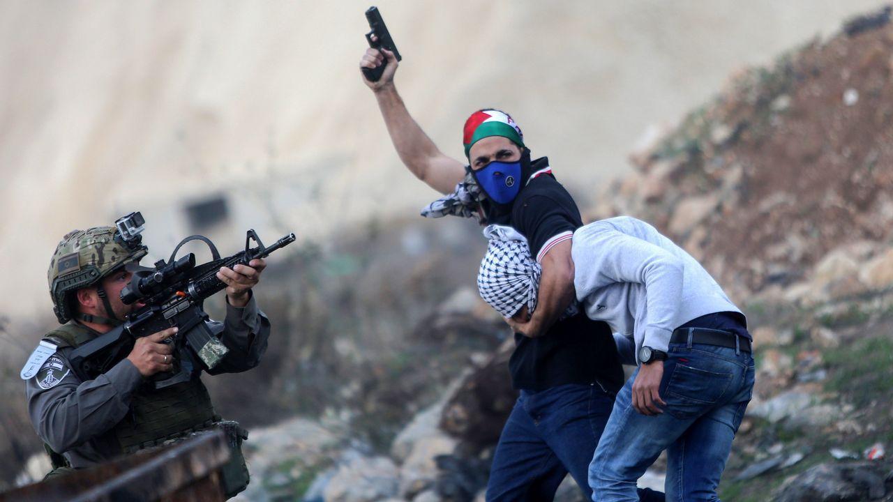 Un policia de incógnito arresta a un manifestante palestino en la ciudad de Ramala