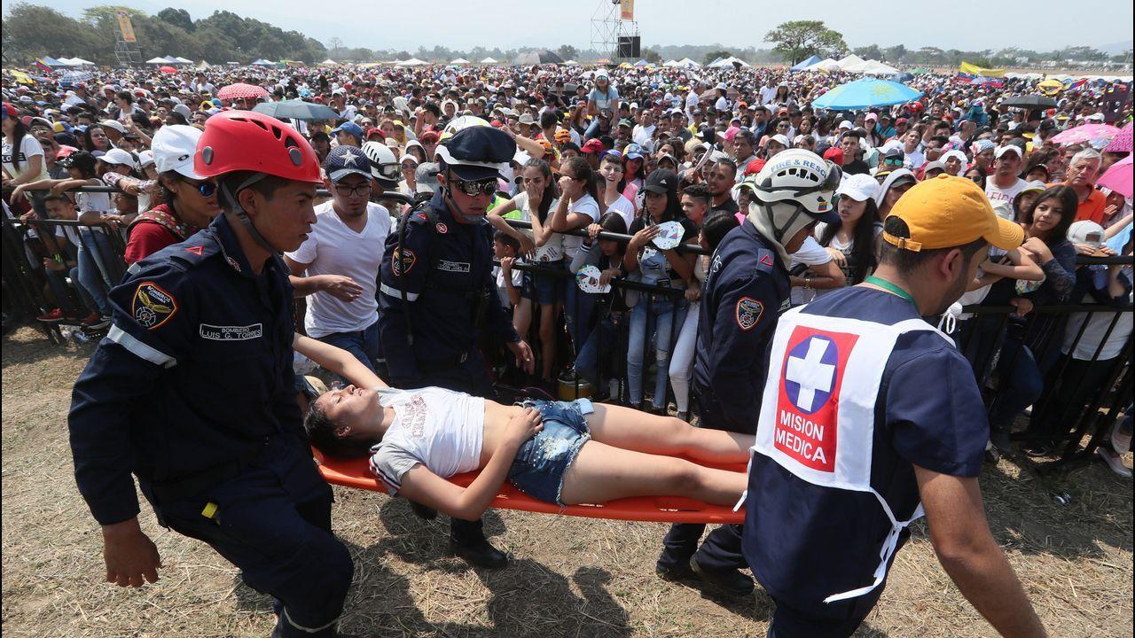 Una joven es atendida tras sufrir un desmayo durante  el concierto celebrado en el puente fronterizo de Tienditas, en Cúcuta (Colombia)