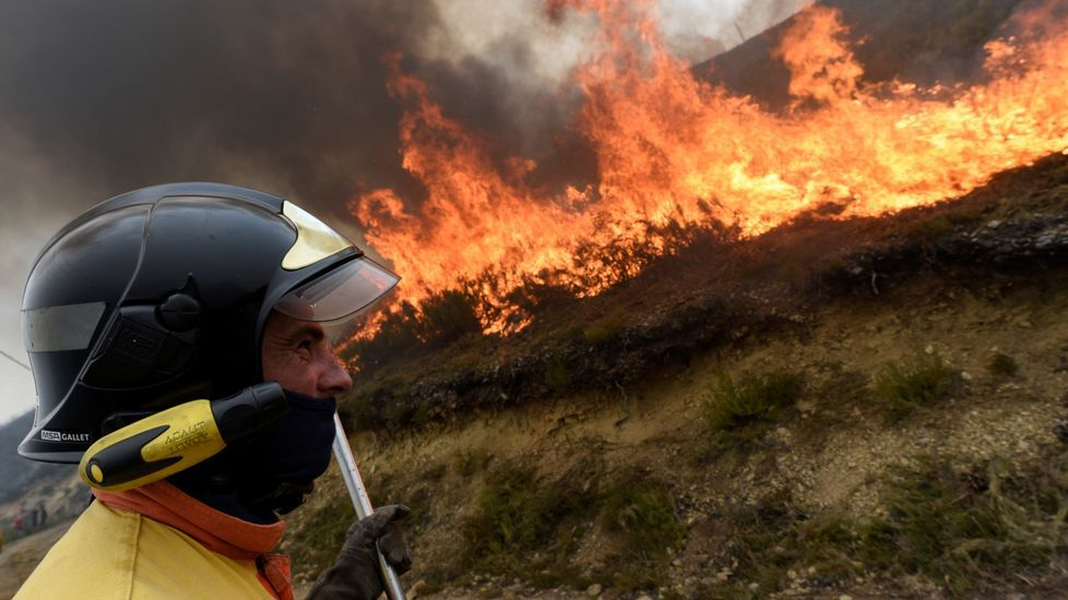 Adrián Barbón interviene en El Entrego, en un acto que conmemora el primera aniversario del encuentro de Pedro Sánchez con la militancia.Asturias registra hoy hasta 32 incendios forestales que han obligado ya al desalojo de tres pequeñas localidades de Cangas del Narcea
