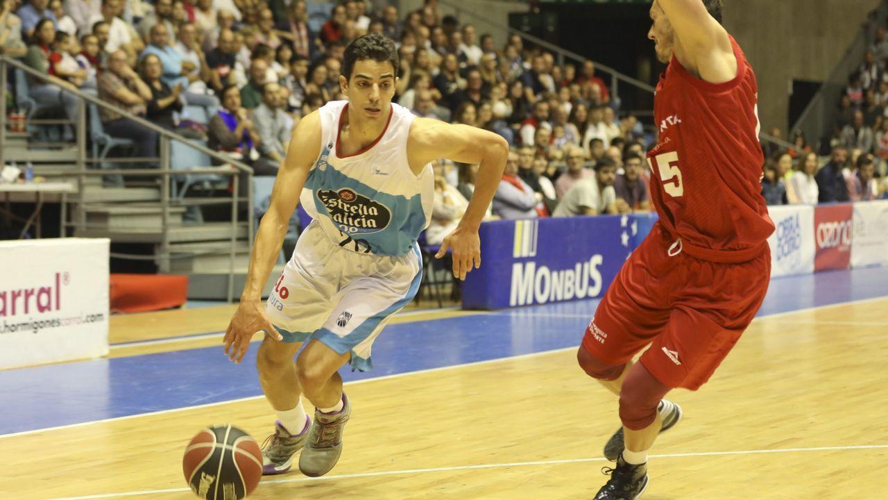 Las imágenes del Deportivo - Zaragoza.Los jugadores del Oviedo tras la derrota ante el Almería