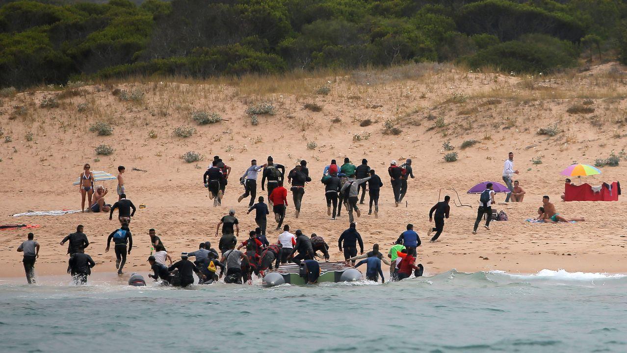 Los bañistas observan atónitos el desembarco con sorpresa