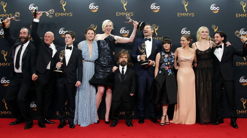 Los premios Emmy, en imágenes.Extras vestidos de Inmaculados en los Jardines del Castillo de Peñíscola, donde el mes pasado se grabó parte de la nueva temporada