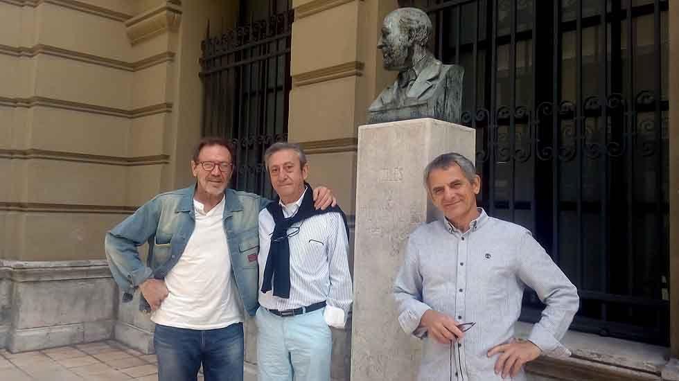 Juan Gea, Iñaki Miramón y Luis Varela posan junto al busto de Palacio Valdés, delante del teatro de Avilés.Juan Gea, Iñaki Miramón y Luis Varela posan junto al busto de Palacio Valdés, delante del teatro de Avilés