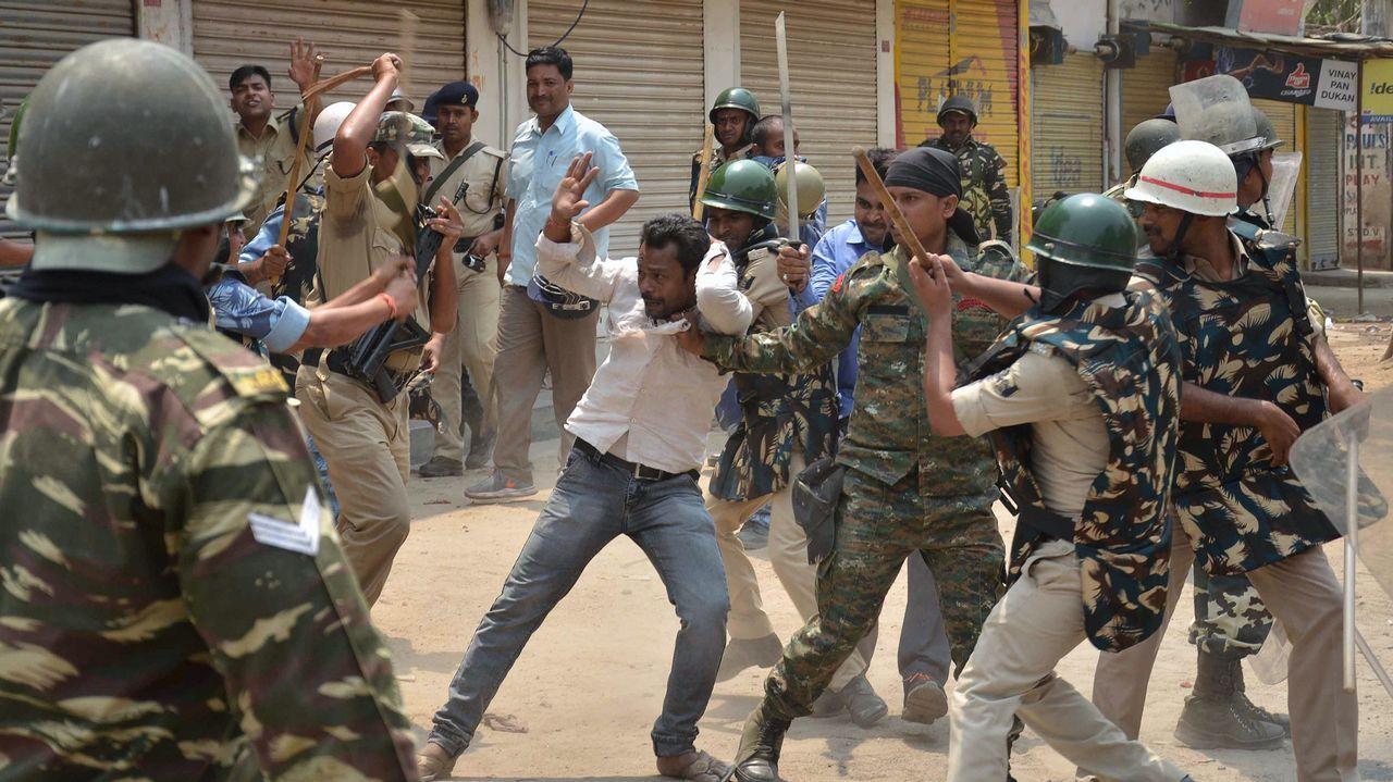 La policía golpea a un manifestante durante una huelga convocada en toda la India contra un sistema basado en castas en la educación y los empleos en Gaya, en el estado de Bihar