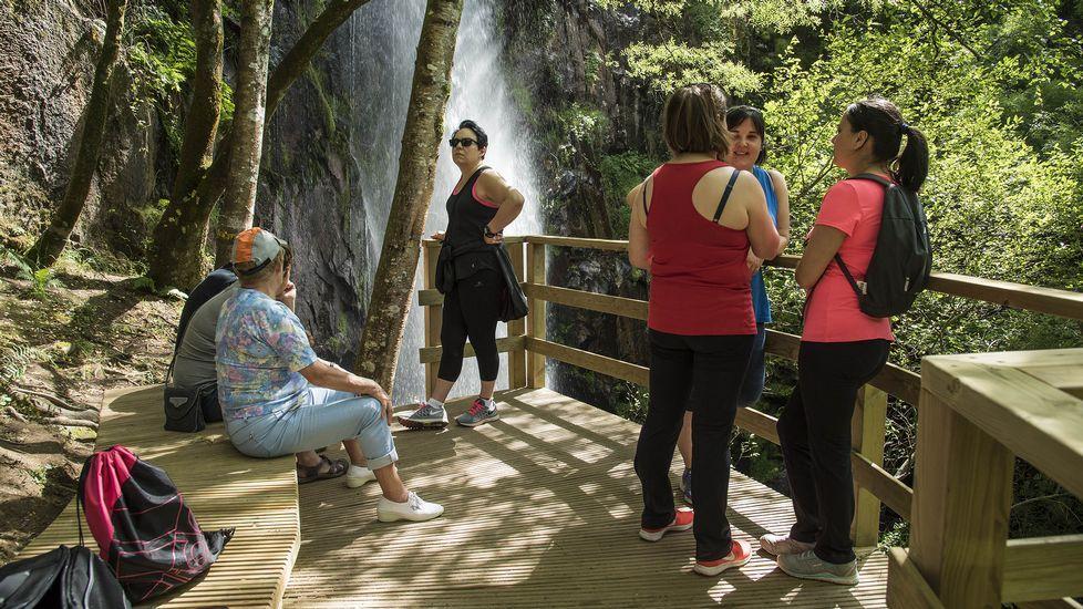 Visitantes en el mirador frente a la cascada