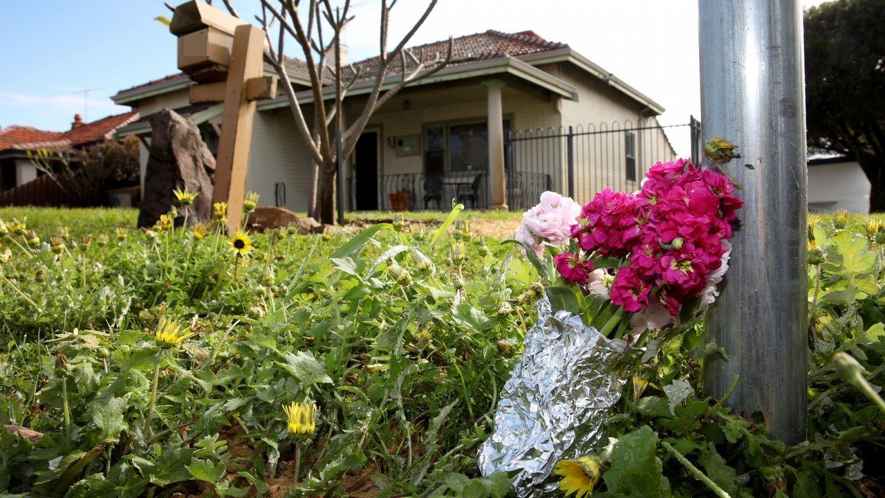 Un ramo de flores colocado frente a la casa en la que la policía ha hallado al menos cinco cadáveres, a las afueras de Perth, Australia