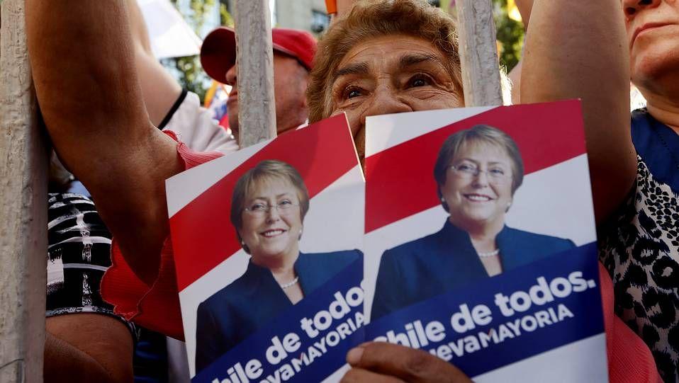 Miles de evacuados por la alerta de tsunami.La organización del congreso rebautizó al presidente del Gobierno como Mariano «Rayor»