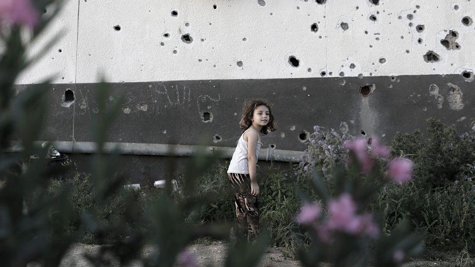 Las razones por la que Merkel hizo llorar a una niña pequeña.Varias personas transportan el cadáver del joven muerto en el norte de Gaza