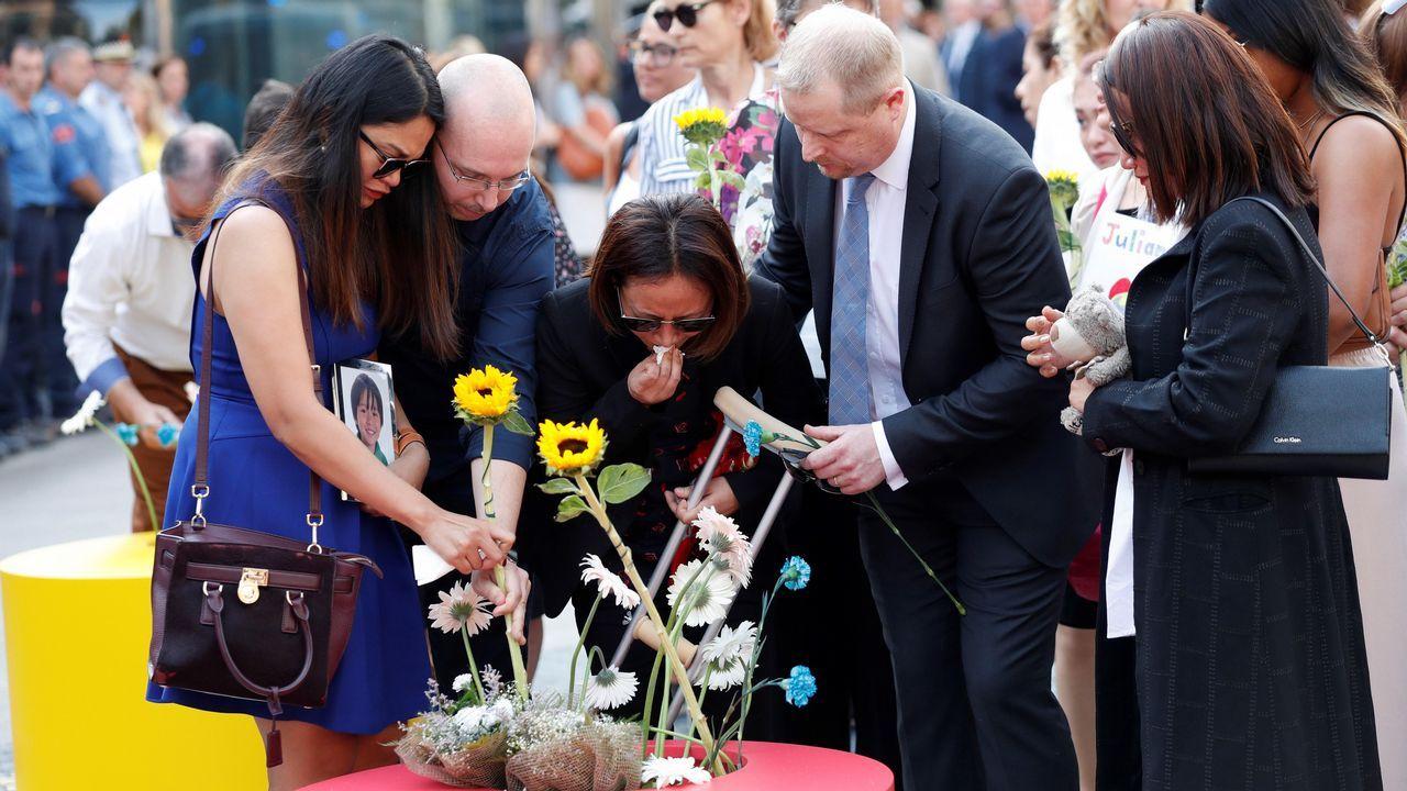 .Ofrenda floral en el mosaico de Joan Miró de La Rambla de Barcelona.