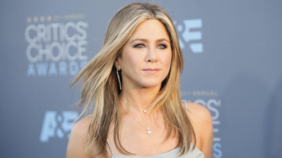 Jennifer Aniston, la mujer más guapa del año.Jukia Roberts subió descalza los 24 escalones que conducen al Gran Teatro Lumiere.