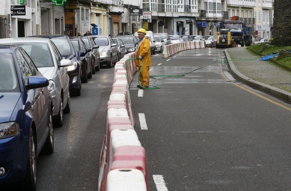 <span lang= es-es >Primer día, primer lío</span>. Ayer empezaron las obras en la Ronda, entre San Roque y la Praza de Asturias, primero de los tres tramos hasta Bispo Odoario, y comenzaron los problemas de tráfico.