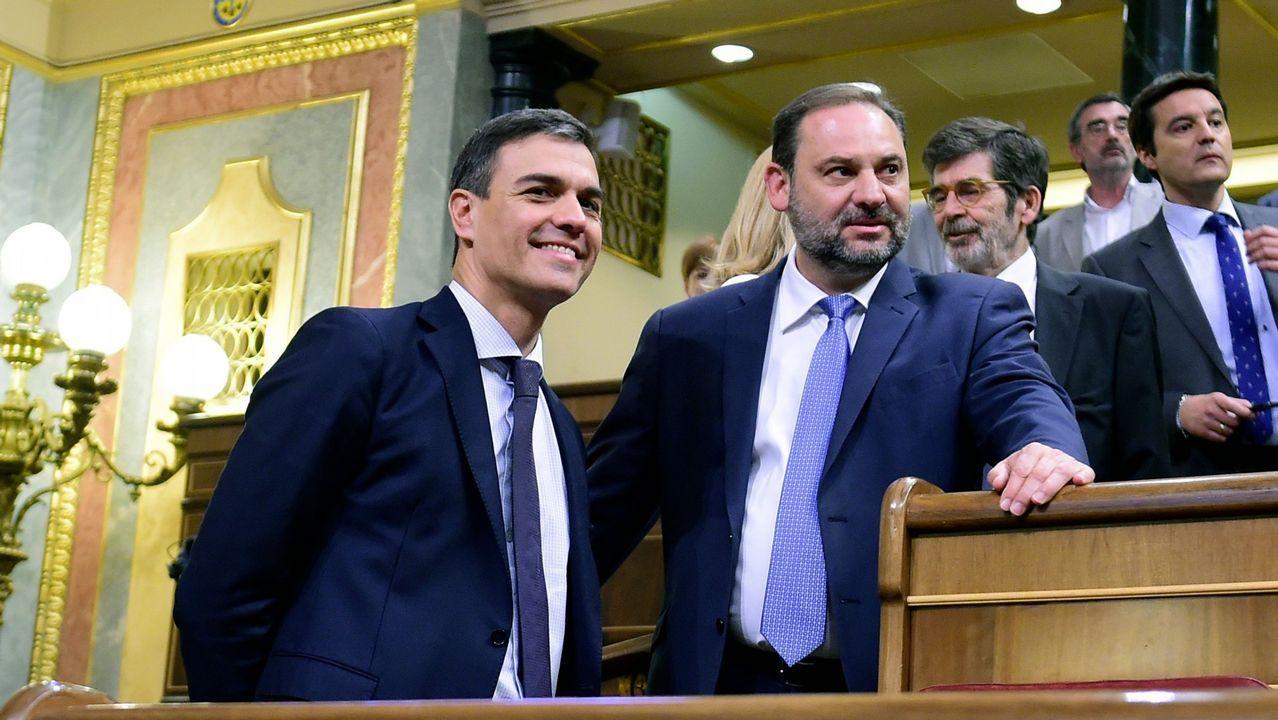 A la búsqueda del debate perfecto.El portavoz de Podemos, Emilio León (i), y el de IU, Gaspar Llamazares (d), conversan tras finalizar la Junta de Portavoces del Parlamento asturiano.