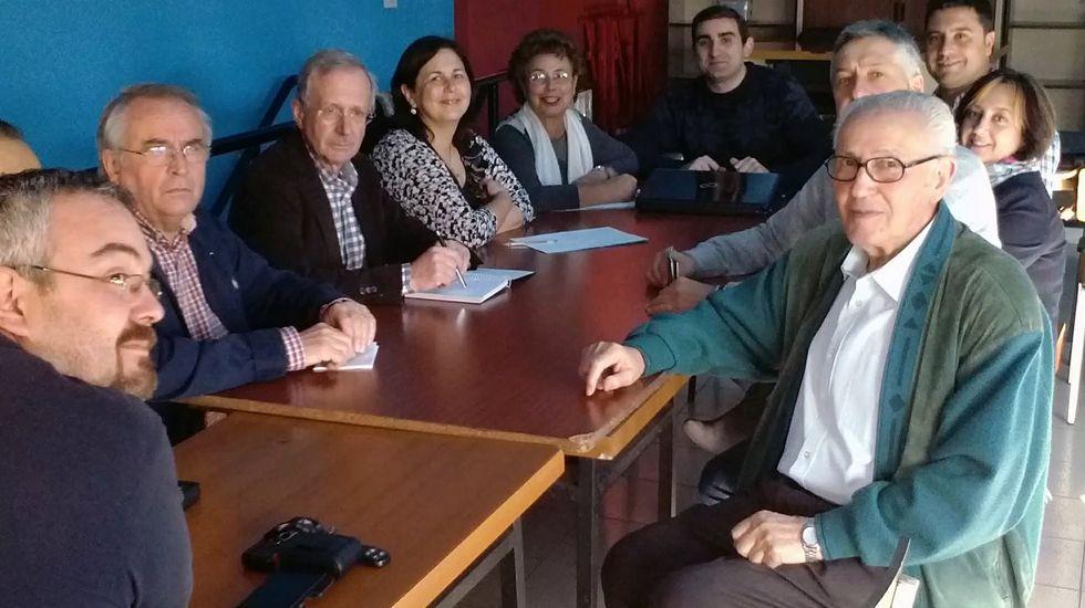 Ramón García Montes, con la ejecutiva del PSOE de Siero.Ramón García Montes, con la ejecutiva del PSOE de Siero