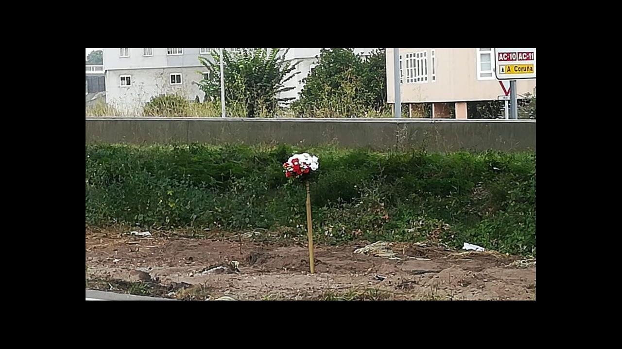Flores en Lonzas, en el punto del accidente mortal del trabajador del servicio de recogida de basuras