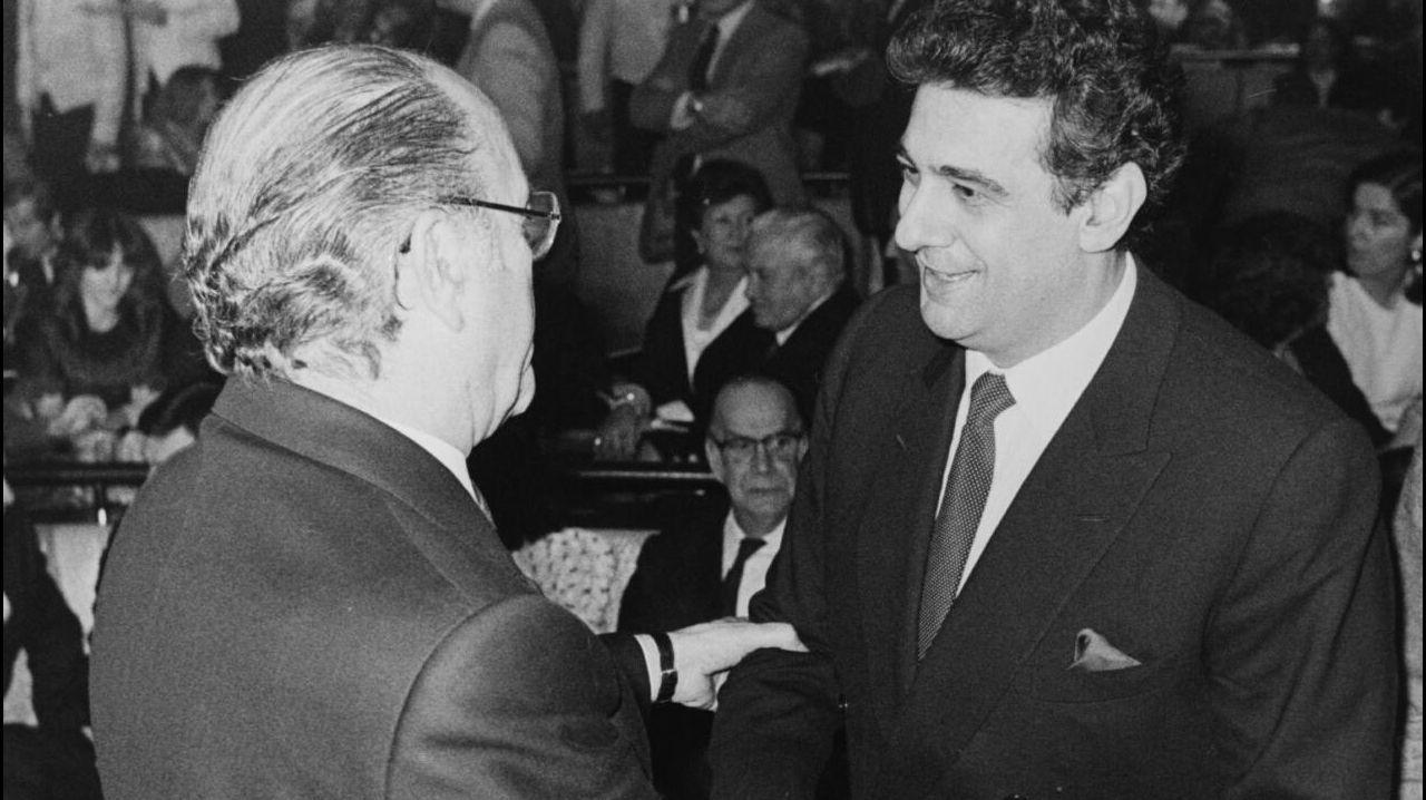 .El tenor Placido Domingo es saludado por el entonces presidente de la Xunta, Fernández Albor, en 1984