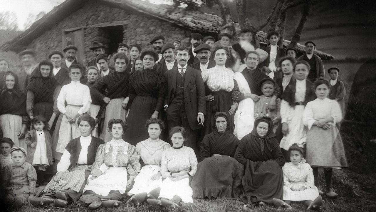 Sede de Izquierda Unida (IU) de Asturias.Retrato de boda delante de una cuadra. Autor de la fotografía: Juan Evangelista Canellada Prida (1862-1946). Cesión del Muséu del Pueblu d´Asturies.